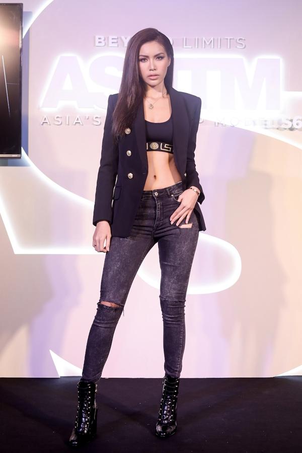 Xuất hiện trước báo giới và truyền thông quốc tế,Minh Tú chọn cho mình bộ cánhmenswear nhưng vẫn khoe khéo vòng eo gợi cảm. Set đồ của cô đến từ các thương hiệu lớn:Versace,Balmain...