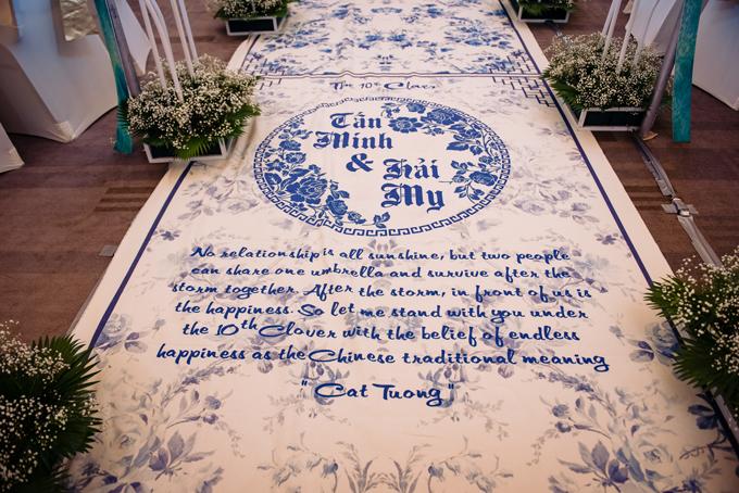 Thay vì thảm đỏ thông thường, lễ đường được trang trí bởi thảm mang phong cách Chinoseriechủ đạo của đám cưới.