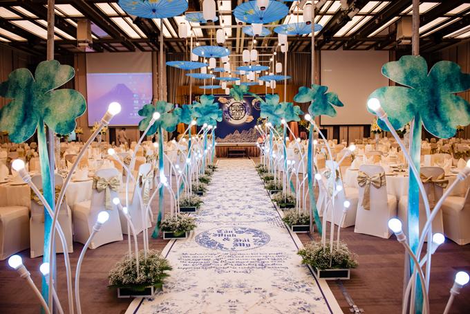 Wedding planner xếp dọc hai bên lối đi là hình ảnh 9 cây cỏ bốn lá còncây thứ 10 được đặt tại sân khấu chính giữa của sảnh tiệc. Sự sắp đặt trêntượng trưng cho hành trình tìm kiếm hạnh phúc của uyên ương.