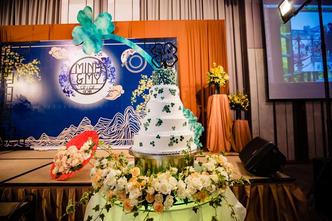 Bánh cưới của hai vợ chồng có màu trắng và 5 tầng bánh đều được tô điểm bởi cỏ bốn lá.