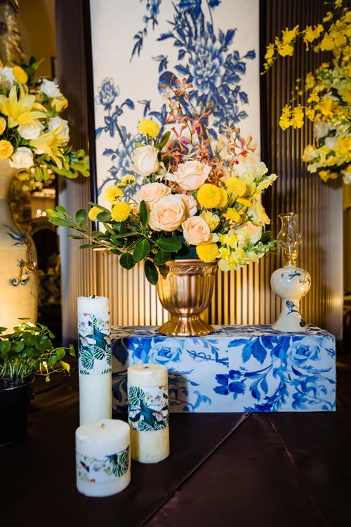 Toàn bộ các đồ gốm sứ Trung Hoaxuất hiện trong hôn lễ đều do wedding planner lên ý tưởng thiết kế và đặt xưởng gốm sản xuất riêng.