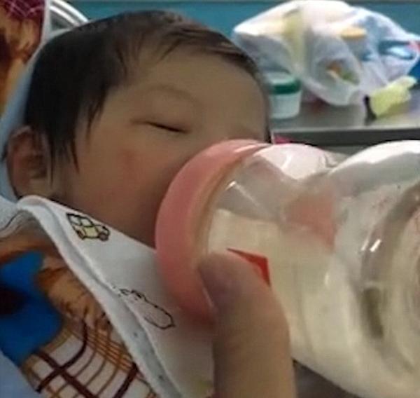 Em bé được nhiều người quyên góp các vật dụng chăm sóc sau khi được đưa tới bệnh viện. Ảnh: AsiaWire.