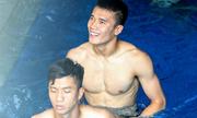 Các hot boy Olympic Việt Nam khoe bụng 6 múi trong bồn nước đá