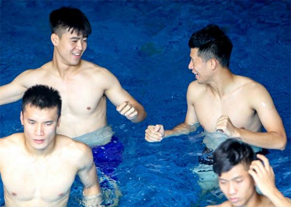 Tại đây, trợ lý HLV Bae Ji-won hướng dẫn các cầu thủ khởi động  sau đó ngâm mình trong đá lạnh để giúp việc thả lỏng, hồi phục thể lực được nhanh hơn.