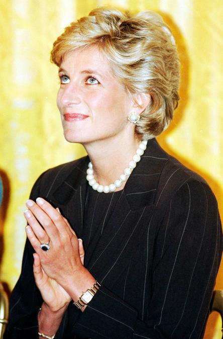 Chiếc nhẫn sapphire gắn bó với cố công nương trong nhiều sự kiện bà tham dự. Ảnh: Rex Fearute.
