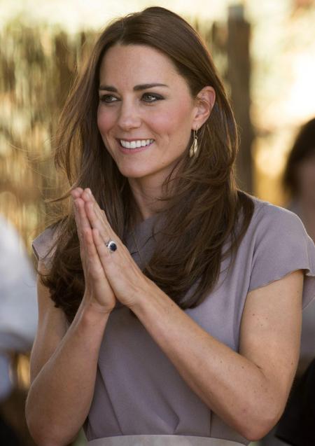 Kate được William tặngnhẫn của mẹquá cố làm nhẫn đính hôn. Ảnh: Rex Feature.