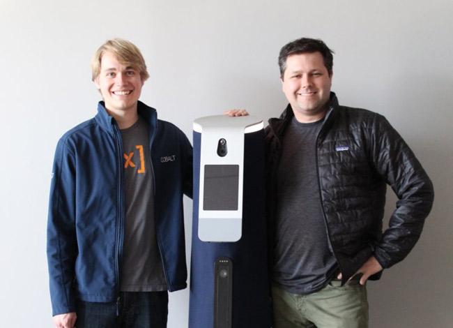 Từ phải sang trái: Travis Deyle (35 tuổi) và ErikSchluntz (25tuổi) cùng robot an ninh Cobalt. Ảnh: Business Insider.