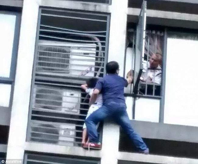 Ông bố tay không trèo ra ngoài cửa sổ tầng 7 để cứu con - 1
