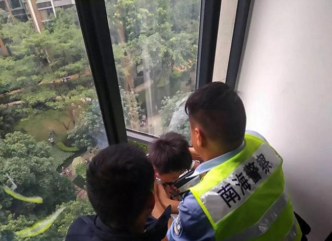 Ông bố tay không trèo ra ngoài cửa sổ tầng 7 để cứu con - 4