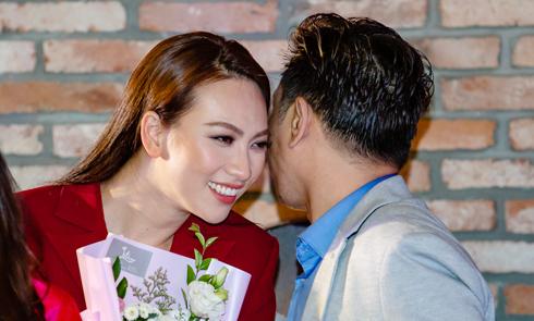 Phương Anh Đào thân thiết với Thái Hoà trong buổi công chiếu phim