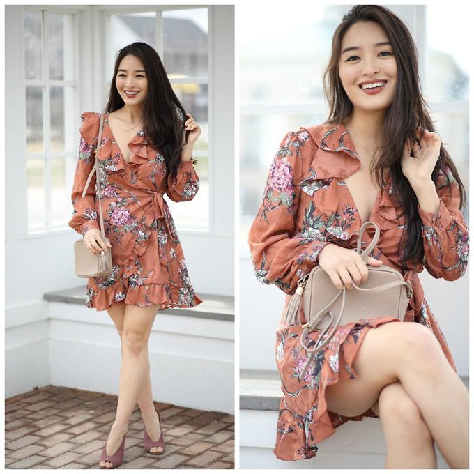 Váy thắt eo, váy vạt quấn là trang phục hot trend ở mùa này. Bạn gái sẽ thêm phần duyên dáng hơn khi chọn váy bèo nhún, họa tiết tông màu thanh nhã.