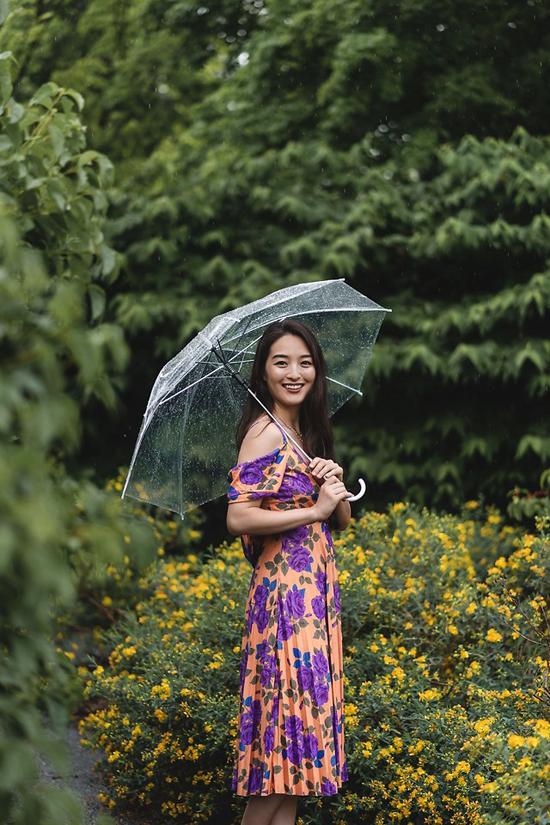 Váy rớt vai thiết kế trên chất liệu lụa mềm mại khiến người mặc trở nên duyên dáng và nhẹ nhàng trong ngày thu.