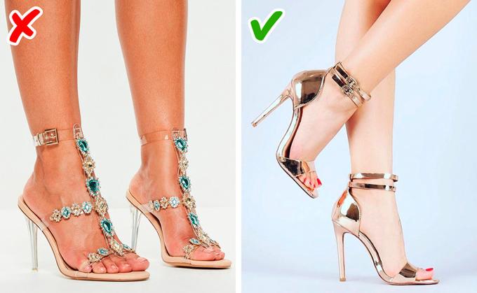 Quá nhiều chi tiết lấp lánhKhi mua giày với mức giá bình dân, các nàng đừng chọn những sản phẩm gắn nhiều đá hay pha lê giả. Chúng sẽ tạo cảm giác rẻ tiền và dễ bị rơi ra sau vài lần xỏ chân. Nếu thích phụ kiện sáng bóng, bạn có thể cân nhắc màu ánh kim (metallic).