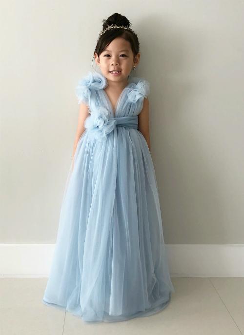 Cô con gái rất phấn khích với chiếc váy do chính tay mẹ làm cho.