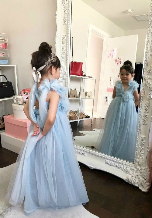 Trên trang cá nhân, chị Hà Trương cho thấy chị và con gái đều yêu thời trang.