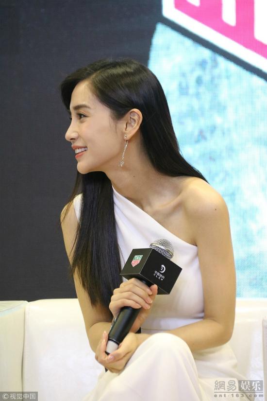 Angelababy xinh đẹp như búp bê tại sự kiện. Kết hôn với Huỳnh Hiểu Minh từ năm 2015, Angelababy hiện có một cuộc sống rất hạnh phúc. Con trai đầu lòng của cô hiện hơn 1 tuổi, chủ yếu do gia đình nhà nội chăm sóc trong những lúc đôi vợ chồng bận công việc.