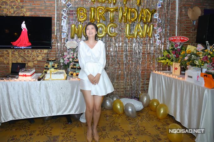 Vào phòng tiệc, Ngọc Lan bất ngờ trước những điều ngọt ngào ông xã và những người bạn đã chuẩn bị cho cô.
