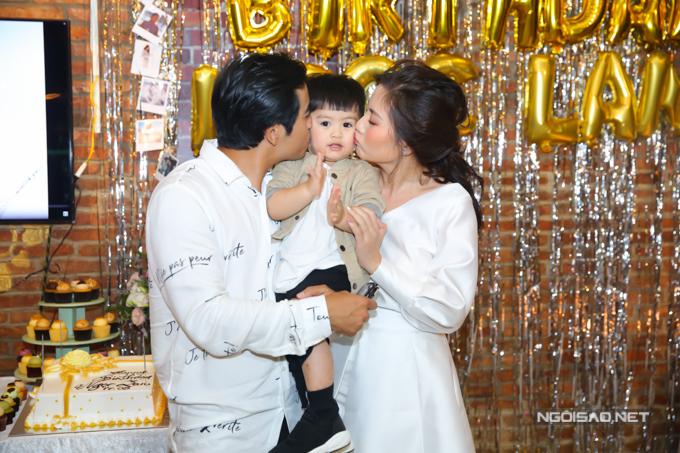 Bé Louis cũng tham dự tiệc sinh nhật của mẹ. Ngọc Lan rất hạnh phúc khi có người chồng tâm lý và cậu con trai ngoan ngoãn, đáng yêu.