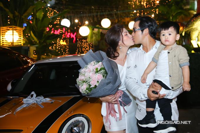Nữ diễn viên trao cho chồng một nụ hôn thay lời cảm ơn.