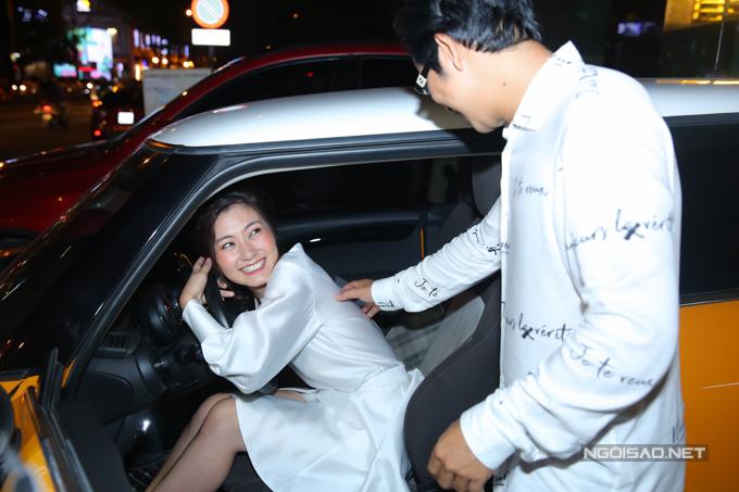 Cô ngồi thử vào ghế lái, cười tít mắt vì hạnh phúc.