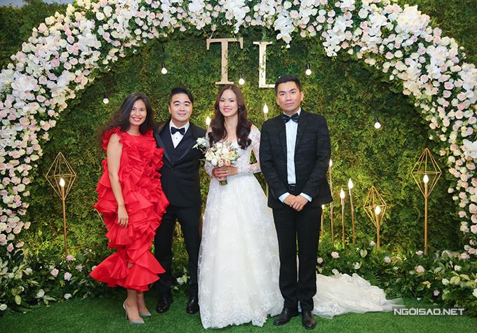Nhà thiết kế Thuỷ Nguyễn và giám đốc sáng tạo Nguyễn Hoàng Oanh chụp ảnh cùng vợ chồng Tuyết Lan.