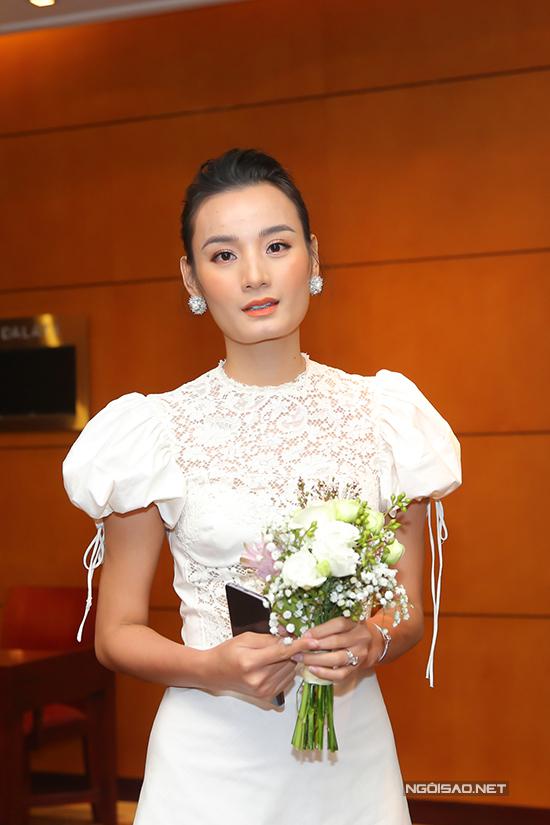 Lê Thuý chọn váy tay bồng và chăm chút kỹ lưỡng cho hình ảnh khi đến làm phù dâu cho Tuyết Lan.