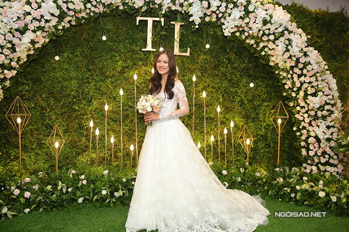 Tiệc cưới của á quân Vietnams Next Top Model được trang trí theo xu hướng đang được ưa chuộng. Không gian sang trọng, tường hoa tươi bắt mắt.