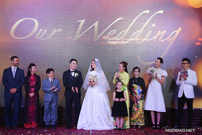 Cô dâu, chú rể cùng đại diện họ nhà trai và họ nhà gái.