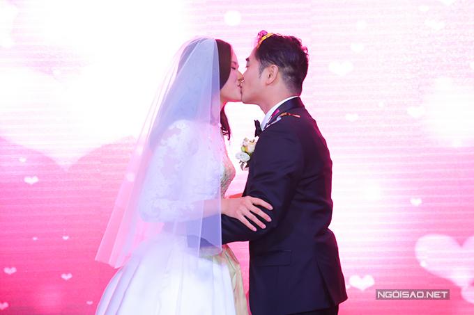 Khoảnh khắc hạnh phúc của Tuyết Lan bên chồng.