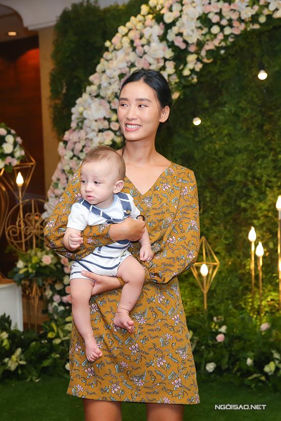Trang Khiếu ăn mặc giản dị, cô bế theo con trai đến chúc mừng bạn đồng môn lên xe hoa.