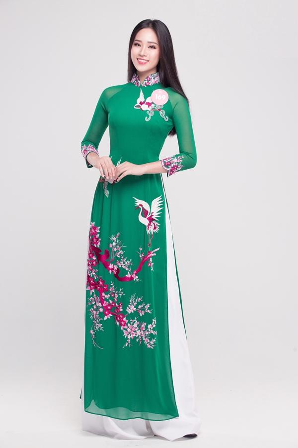 Nguyễn Hoàng Bảo Châu là một trong bốn thí sinh sinh năm 2000 lọt vào vòng chung kết toàn quốc Hoa hậu Việt Nam. Cô lớn lên tại Hà Nội, trong một gia đình có bố làm việc tại Nhà hát múa rối nước Thăng Long, mẹ là một nhân viên kế toán.