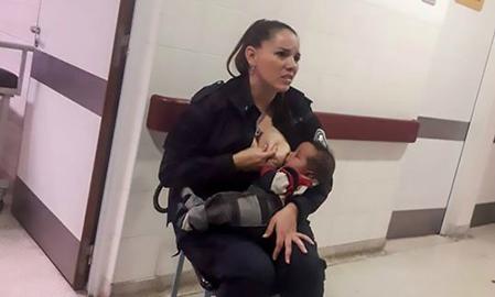 Nữ cảnh sát Argentina cho em bé bị bỏ mặc trong bệnh viện bú sữa