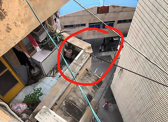 Vị trí đặt chậu hoa trên ban công căn hộ tầng 4 ở khu dân cư thành phố Tương Đàm. Ảnh: AsiaWire.