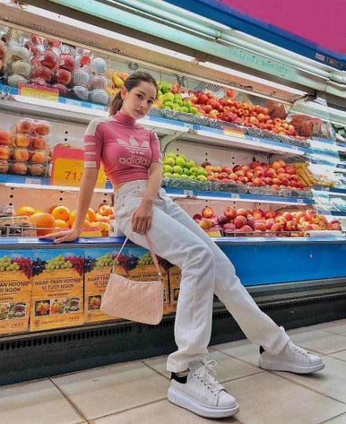 Chi Pu tranh thủ tạo dáng khi đi mua sắm ở siêu thị.