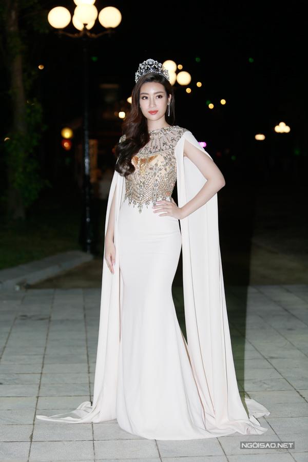 Hoa hậu Đỗ Mỹ Linh xinh đẹp như nữ thần với thiết kế váy nữ tính.Sau hai năm đăng quang, cô được công chúng yêu mến bởi nhan sắc của cô ngày càng quyến rũ.