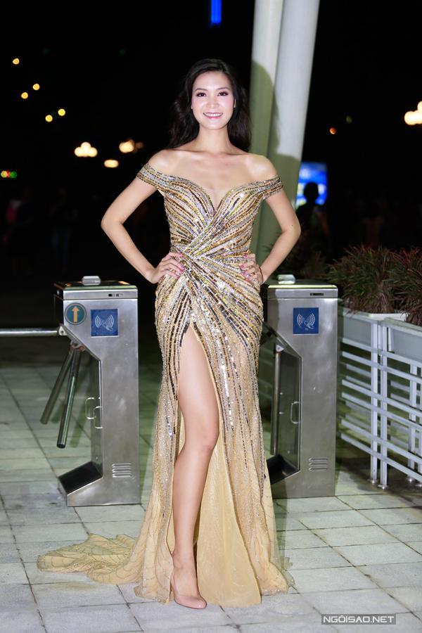 Hoa hậu Thuỳ Dung khoe chân dài trong bộ cánh dạ hội đính đá lấp lánh. Cô đang định cư tại Mỹ và thi thoảng mới về nước tham gia các hoạt động.