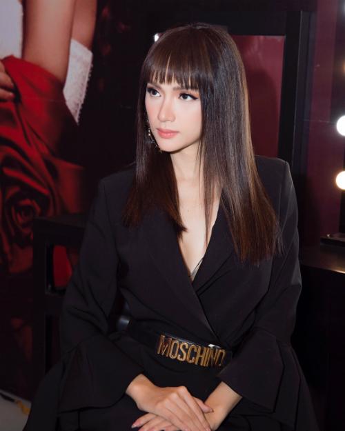 Hoa hậu chuyển giới Hương Giang khác lạ với kiểu tóc ép suôn dài.