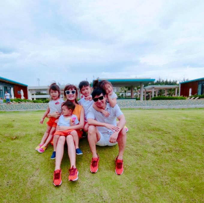 Vợ chồng Lý Hải - Minh Hà hạnh phúc bên 4 con.