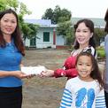 Chồng và con gái tháp tùng Việt Hương đi từ thiện