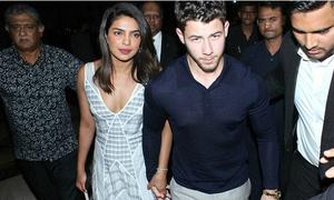 Nick Jonas đưa bố mẹ đến thăm nhà bạn gái hoa hậu ở Ấn Độ