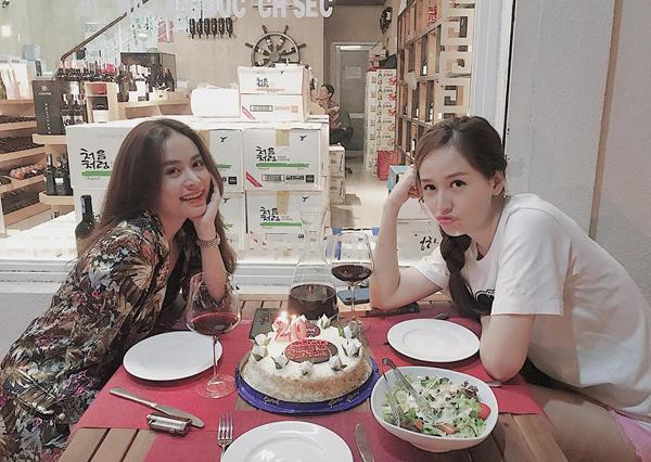 Hoa hậu Mai Phương Thúy ăn mặc giản dị đi mừng sinh nhật tuổi mới cùngHoàng Thùy Linh.