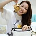 Khám phá túi: Chi Pu mang bánh trung thu để 'cứu đói'