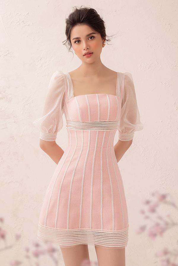 Váy ngắn, dáng ôm là phom dáng được khai thác và biến đổi không ngừng. Đây là kiểu trang phục dễ ứng dụng và thường giúp người mặc tôn chiều cao.