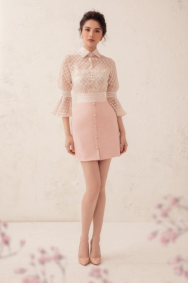 Mốt áo sơ mi, áo blouse xuyên thấu hot trend cũng được nhà mốt Việt cập nhật nhanh nhậy trong các thiết kế của mình.