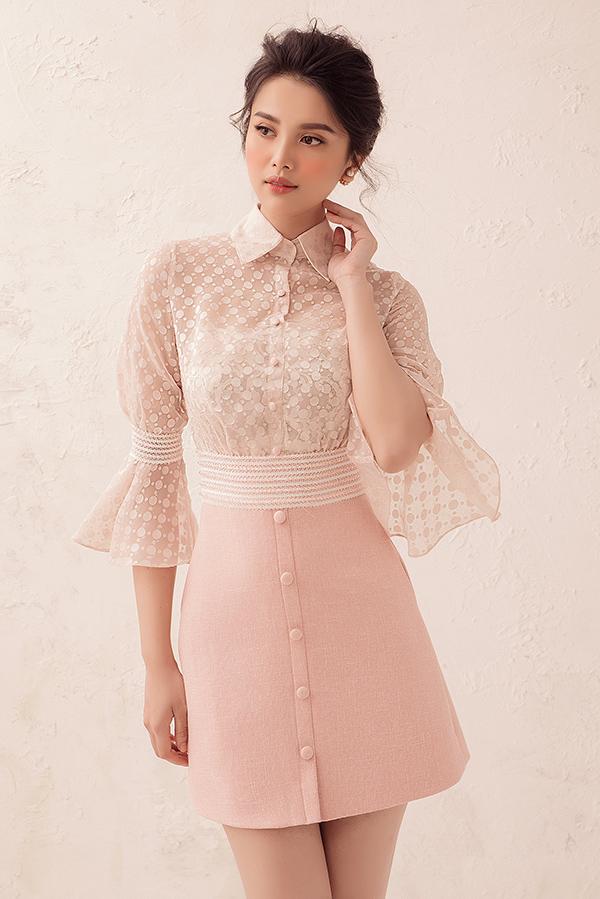 Trang phục pha trộn phong cách cổ điển và tinh thần đương đại với sơ mi tay loe, chân váy gài nút đồng điệu gam màu pastel.