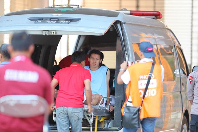 ... buộc anh phải lên xe cấp cứu để các bác sĩ kiểm tra, sơ cứutại chỗ.