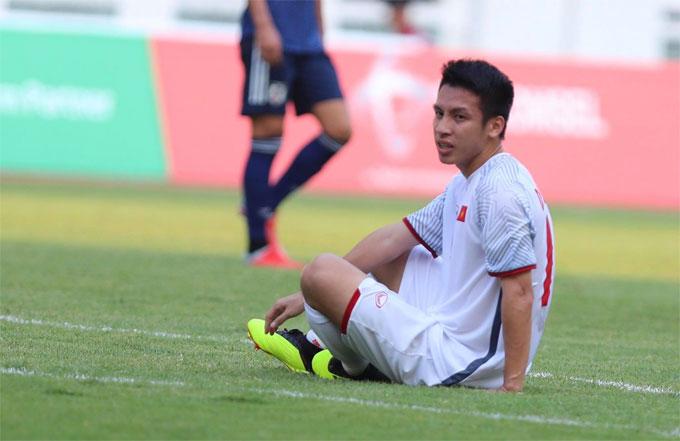 Phút cuối hiệp một trận Việt Nam - Nhật Bản ở môn bóng đá nam Asiad ngày 19/8, Hùng Dũng bị đau sau tình huống tranh chấp. Anh ngồi trên sân và tự cảm nhận khó tiếp tục thi đấu vì chấn thương.
