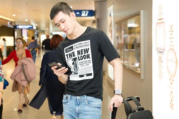 Võ Cảnh xuất hiện tại sân bay với gu thời trang đơn giản, năng động.