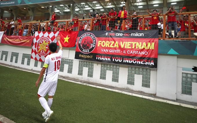 Đội trưởng Văn Quyết cảm ơn sự ủng hộ của CĐV có mặt trên sân.