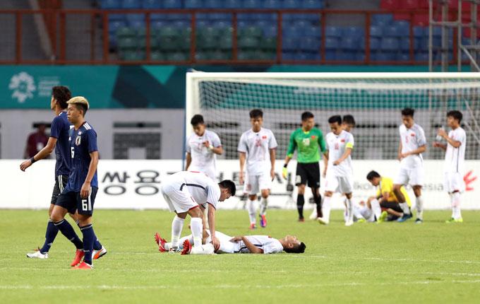 Nhiều cầu thủ Việt Nam gục xuống sân vì kiệt sức, bị đau sau trận đấu. Những phút cuối, các học trò của HLV Park Hang-seo chống đỡ khá vất vả nhiều tình huống lên bóng của đối thủ.